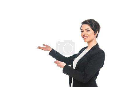 Photo pour Belle femme d'affaires de course mélangée faisant des gestes et souriant à l'appareil-photo isolé sur le blanc - image libre de droit