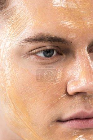 Photo pour Fermer vers le haut la vue du jeune homme avec le masque facial - image libre de droit