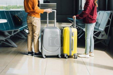 Photo pour Vue arrière des enfants préadolescents avec valises dans la salle d'attente - image libre de droit