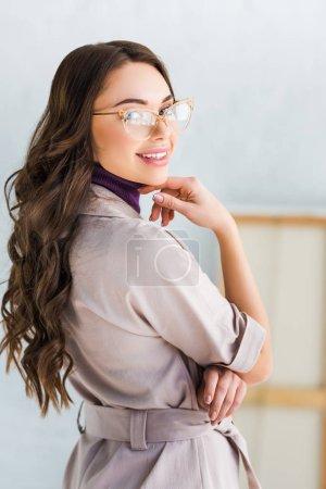 Foto de Hermosa joven mujer en gafas sonriendo mientras mira la cámara - Imagen libre de derechos