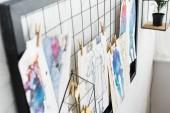 """Постер, картина, фотообои """"селективный фокус белой доски с модой нарисованные и окрашенные эскизы"""""""