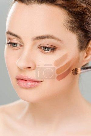 Photo pour Femme attirante avec la palette brune d'ombre d'oeil sur le visage d'isolement sur le gris - image libre de droit