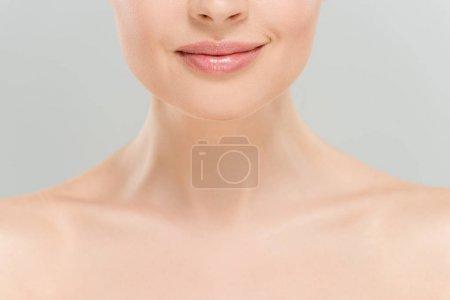 Photo pour Vue recadrée de femme nue gaie souriant d'isolement sur le gris - image libre de droit