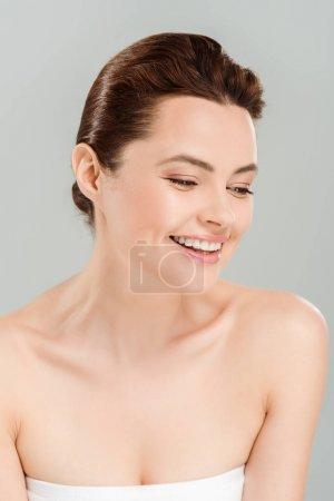 Photo pour Femme positive et belle souriant e d'isolement sur le gris - image libre de droit