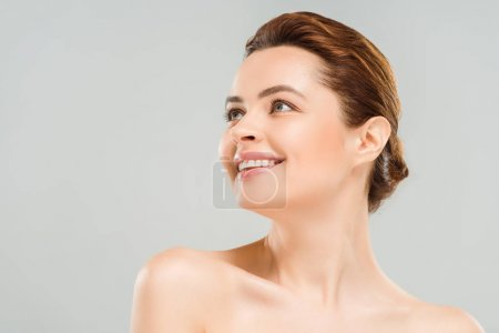Photo pour Vue d'angle bas de la femme heureuse d'isolement sur le gris - image libre de droit