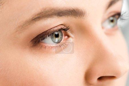 Photo pour Vue recadrée de la femme avec des ombres à paupières sur les yeux détournés - image libre de droit