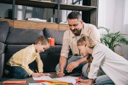 dzieci z szczęśliwym tatusiu siedzi na podłodze i rysunek Ojcowie dzień kartki