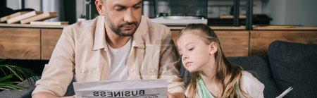 Photo pour Plan panoramique de père et adorable fille lecture journal d'affaires ensemble - image libre de droit