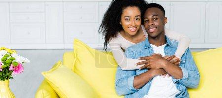 Photo pour Couples afro-américains étreignant les uns les autres et regardant la caméra - image libre de droit