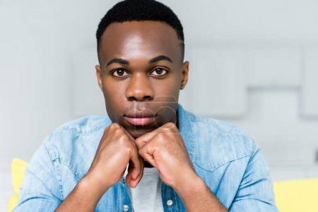 Photo pour Verticale de l'homme américain africain calme regardant l'appareil-photo - image libre de droit