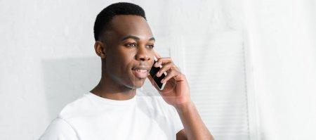 Photo pour Heureux homme afro-américain parler sur smartphone - image libre de droit