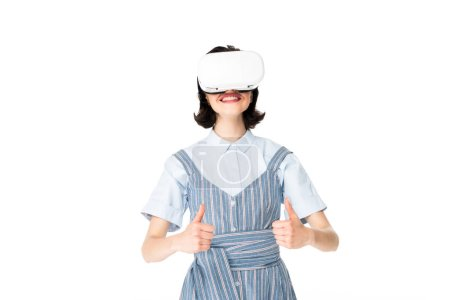 Photo pour Fille avec casque VR montrant pouces vers le haut à la caméra isolée sur blanc - image libre de droit
