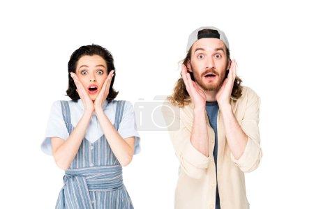 wstrząśnięty młody mężczyzna i dziewczyna patrząc na aparat na białym tle