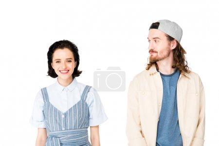 Photo pour Belle fille regardant l'appareil-photo et souriant tandis que le jeune homme regardant la fille d'isolement sur le blanc - image libre de droit