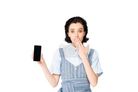 Photo pour Belle fille étonnée affichant le smartphone à l'appareil-photo isolé sur le blanc - image libre de droit