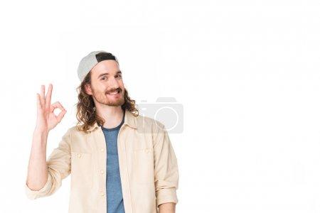 Photo pour Jeune homme beau affichant le signe d'Ok à l'appareil-photo isolé sur le blanc - image libre de droit