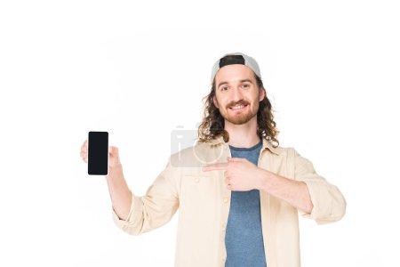 Photo pour Un jeune homme tenant un téléphone intelligent entre les mains et souriant isolé sur un blanc - image libre de droit