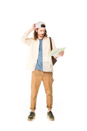 Photo pour Vue pleine longueur du jeune homme confus retenant la carte d'isolement sur le blanc - image libre de droit