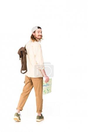 Photo pour Jeune homme tenant la carte, regardant la caméra et souriant isolé sur blanc - image libre de droit