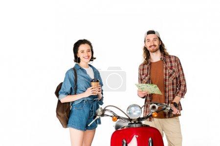 Photo pour Fille retenant la tasse de papier de café et jeune homme retenant la carte et regardant l'appareil-photo, restant près du scooter rouge d'isolement sur le blanc - image libre de droit
