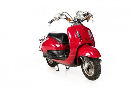 Photo pour Propre, nouveau scooter rouge isolé sur le blanc - image libre de droit