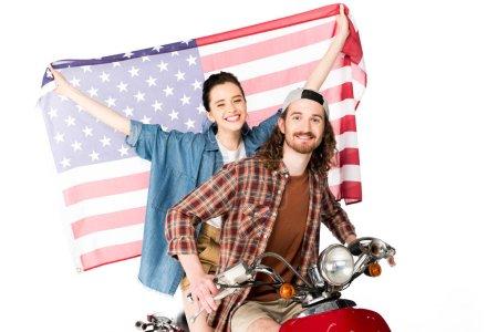 Photo pour Belle fille et jeune homme s'asseyant sur le scooter rouge et retenant le drapeau américain d'isolement sur le blanc - image libre de droit