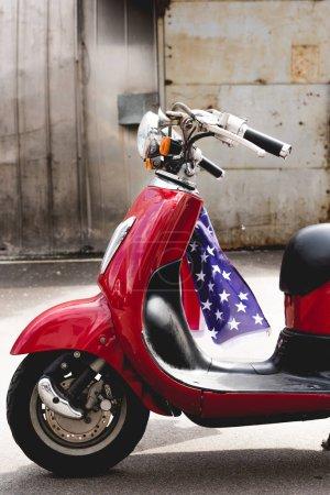 Photo pour Vue latérale du drapeau rouge vwith américain sur la poignée - image libre de droit