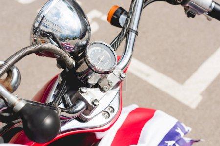 Photo pour Vue d'angle élevé du scooter rouge et du drapeau de l'Amérique - image libre de droit