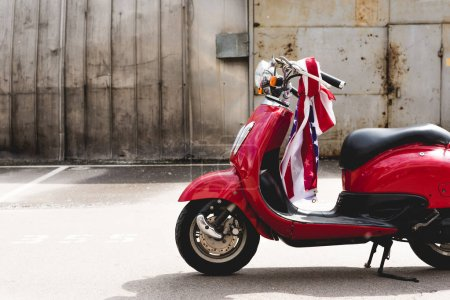 Photo pour Red scooter with American flag on handle - image libre de droit