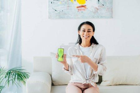 Photo pour Belle femme latine affichant le smartphone avec la meilleure application d'achats à l'écran - image libre de droit