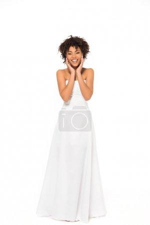 Photo pour Mariée américaine africaine heureuse souriant tout en restant dans la robe de mariage isolée sur le blanc - image libre de droit