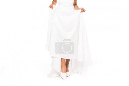 Photo pour Vue recadrée de la mariée américaine africaine touchant la robe de mariée isolée sur le blanc - image libre de droit