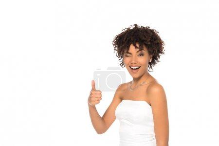 Photo pour Heureux afro-américaine mariée montrant pouce vers le haut isolé sur blanc - image libre de droit