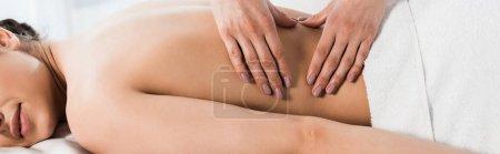 Photo pour Tir panoramique de masseur faisant le massage à la femme dans le centre de spa - image libre de droit