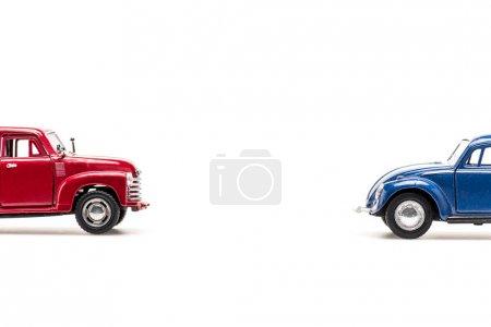 Photo pour Rouge et bleu jouets voitures sur blanc avec espace de copie - image libre de droit
