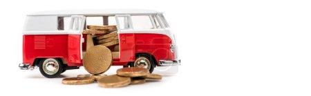 Foto de Foto panorámica de autobús de juguete con monedas de oro en blanco - Imagen libre de derechos