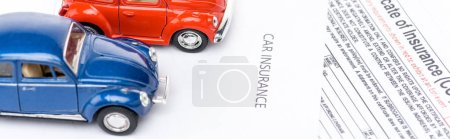 Photo pour Photo panoramique de voitures jouets sur les documents d'assurance - image libre de droit