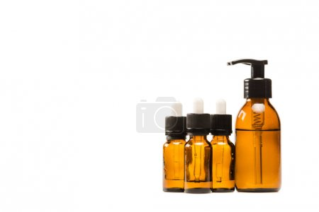 Photo pour Bouteilles avec sérum et cosmétiques hydratants isolés sur le blanc - image libre de droit
