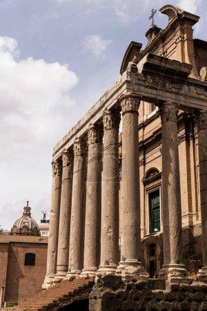 Foto de Roma, Italia - 28 de junio de 2019: templo de Antonino y Faustina bajo el cielo azul - Imagen libre de derechos