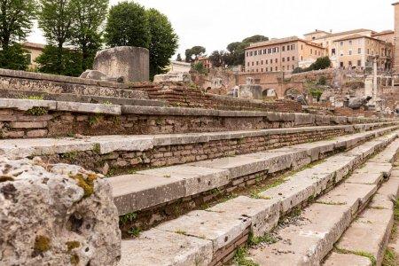 Photo pour Mise au point sélective des escaliers en béton à Rome, Italie - image libre de droit
