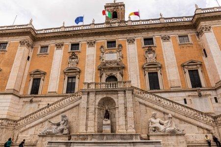 Photo pour Rome, Italie - 28 juin 2019: vue du bas des musées de la capitale avec sculptures et drapeaux - image libre de droit