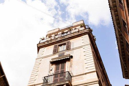 Photo pour Bottom view of buildings under blue sky in rome, italy - image libre de droit