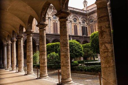 Photo pour ROME, ITALIE - 28 JUIN 2019 : bâtiments anciens avec colonnes et arbres verts - image libre de droit