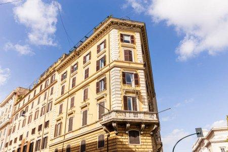 Photo pour Bâtiments sous le ciel bleu avec des nuages dans rome, Italie - image libre de droit