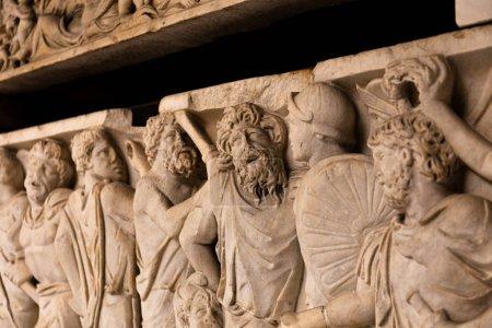 Photo pour Rome, Italie - 28 juin 2019: ancien bas-relief romain au musée - image libre de droit