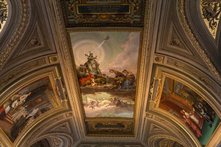 Foto de ROME, ITALY - JUNE 28, 2019: ceiling with ancient frescoes in vatican museums - Imagen libre de derechos