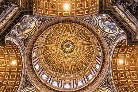 Photo pour Rome, Italie - 28 juin 2019: vue du plafond avec de vieilles fresques dans le musée du vatican - image libre de droit