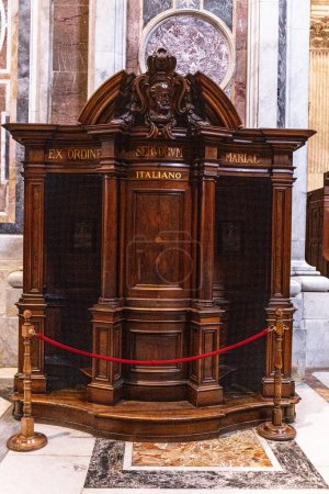 Foto de ROME, ITALY - JUNE 28, 2019: confession booth in basilica of St. Peter in Vatican - Imagen libre de derechos