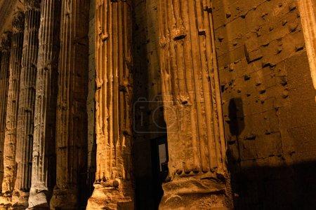 Foto de Roma, Italia - 28 de junio de 2019: muro de hormigón y columnas antiguas - Imagen libre de derechos