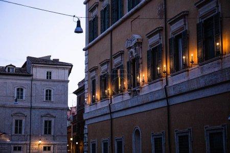 Photo pour Bâtiments avec illumination sous le ciel bleu à Rome, Italie - image libre de droit
